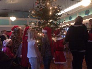 Nisseklædte børn danser om juletræet i Vigersted Forsamlingshus