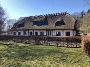 Det gamle traktørsted i Vrangeskov er et bindingsværkhus med stråtag